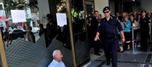 Grecia, la foto simbolo del pensionato che piange