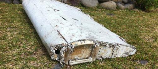 Asa de avião encontrada numa praia.