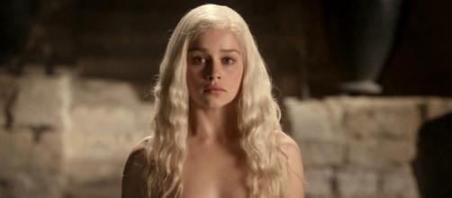 "Emilia Clarke como ""Khaleesi"" en Juego de Tronos"