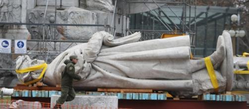 La estatua cuando fue removida de Plaza Colón