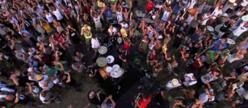 Mil músicos tocaron al mismo tiempo Learn to fly