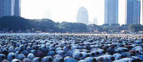 Musulmani in preghiera a Giacarta