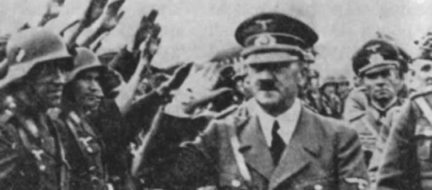 Hitler saluta i suoi soldati