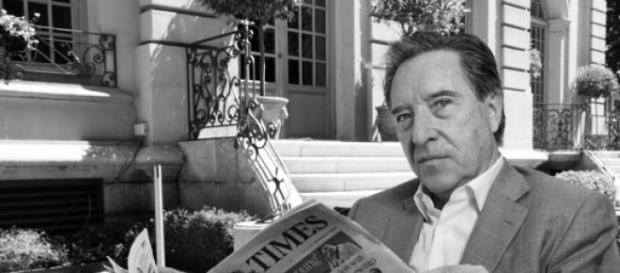 Iñaki Gabilondo leyendo el diario The Times.