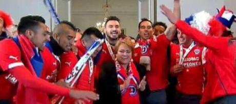 La presidenta Bachelet festejó con la selección