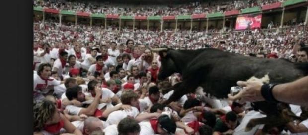 Una immagine dell'encierro di Pamplona