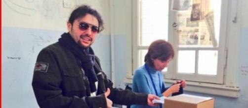 Ergün Demir haciendo que vota
