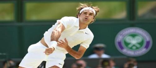 Uno smash di Roger Federer