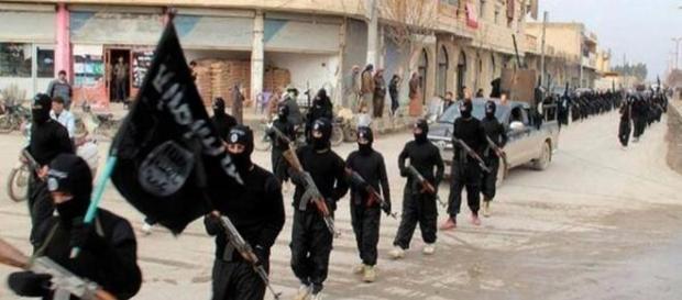 I miliziani dell'Isis in marcia