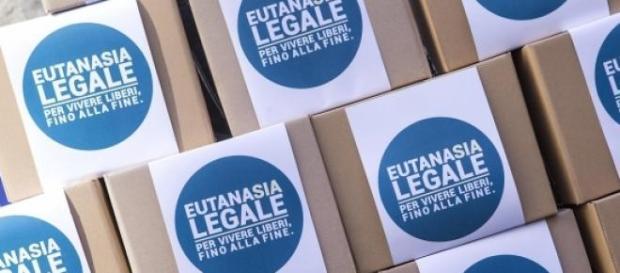 I pacchi contenenti le firme per Eutanasia Legale