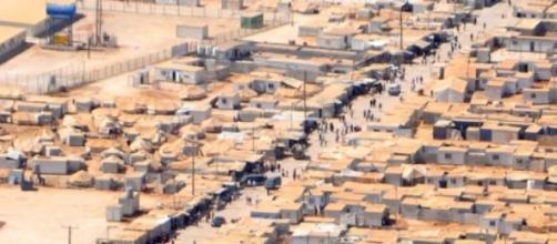 Profughi siriani nell'immenso campo di Zàatari.