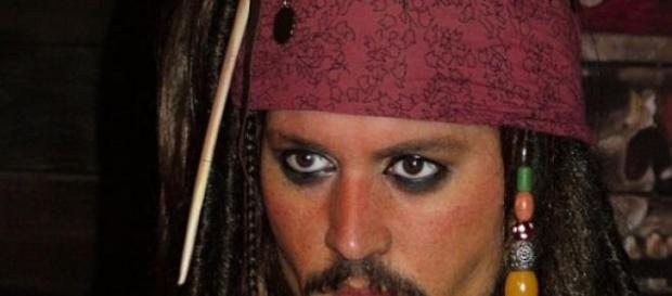 Johnny Depp spielt Pirat Jack Sparrow.
