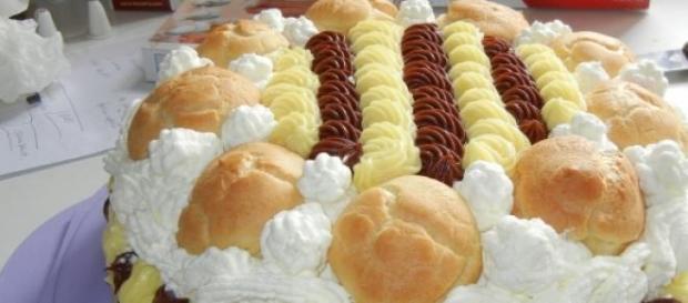 La torta con pan di spagna e bignè