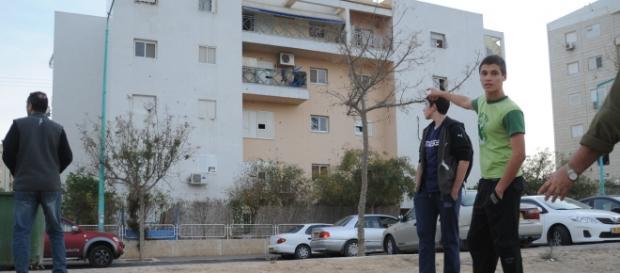 Dos chicos israelíes señalando un edificio