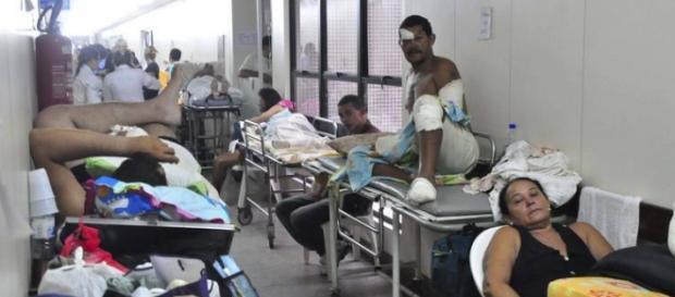 Pacientes internados nos corredores de hospitais