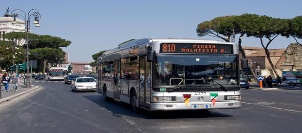 Un autobus in via dei Fori Imperiali