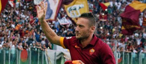 Il capitano Francesco Totti sotto la Curva Sud