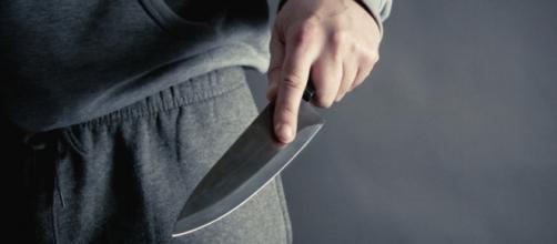 Menor rouba idosa com recurso a faca