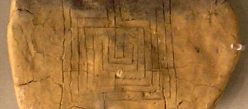 Tablilla de arcilla con el laberinto de Pylos