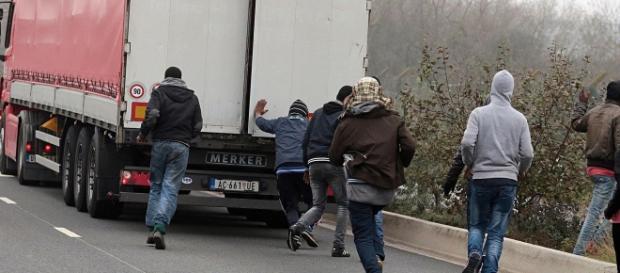 Imigranci szturmują ciężarówkę