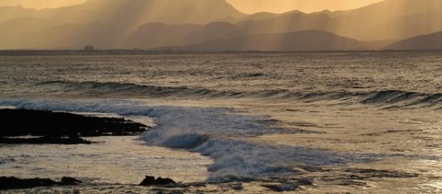 Padre lascia morire figlia in mare