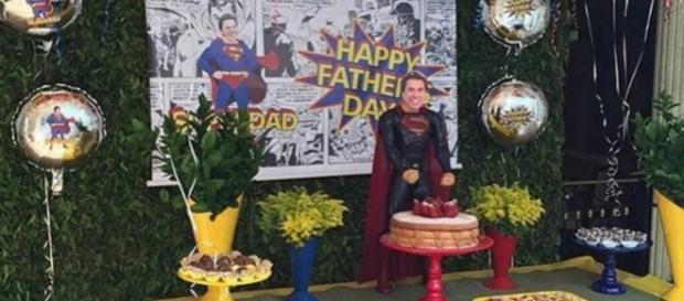 Silvio Santos vira Super Homem e se emociona