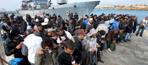 Un gruppo d'immigrati appena sbarcati