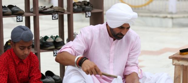 Akshay Kumar doing seva at Gurudwara
