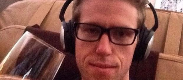 Fotografía de Ben Schlapping a bordo de un avión.