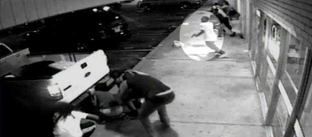 Harris che punta la pistola conto la Polizia