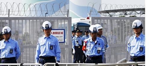 Policiais vigiam entrada da usina de Sendai.
