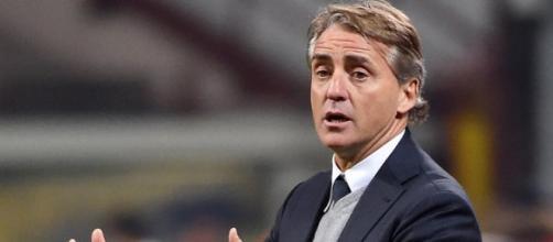 Mancini impartisce istruzioni ai suoi giocatori