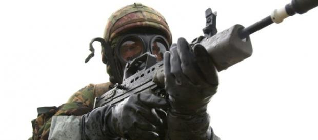 Soldat echipat complet pentru atac chimic