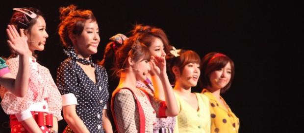 """T-ara em apresentação com as roupas de """"Roly Poly"""""""