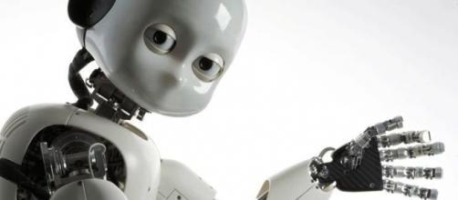 Il robot ICub, grande quanto un bambino di 2 anni.