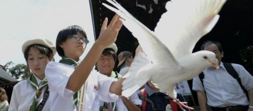 Yasukuni Shrine, niño liberando a una paloma