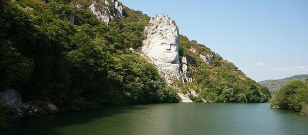 El caudillo Decébalo esculpido en una roca