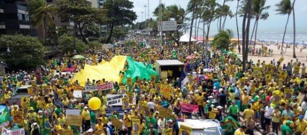 Globo interrompe corrida para mostrar protestos