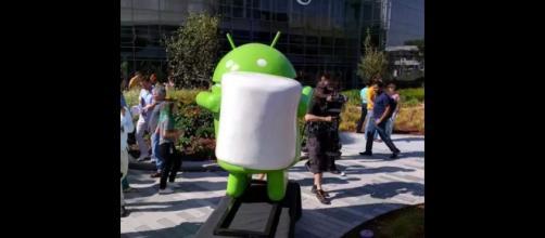La statua del robot di Android M