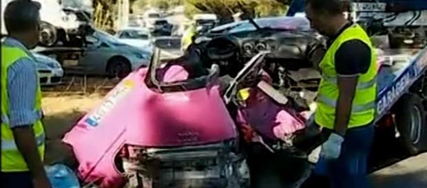 Automóvel onde seguiam os jovens ficou destruído