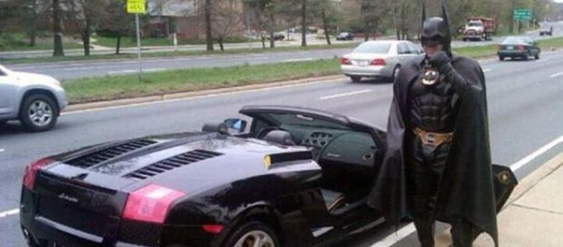 Batman posa con su Bati-Laborghini