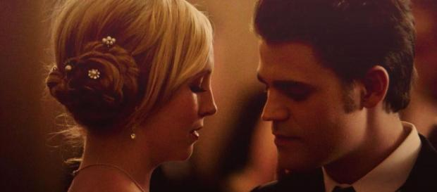 Stefan Salvatore y Caroline en The Vampire Diaries