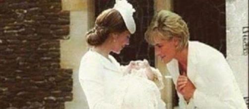 A imagem sugere que Diana está a acarinhar a neta