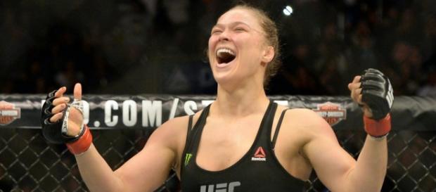 Ronda comemora vitória no UFC (Imagem: Google)