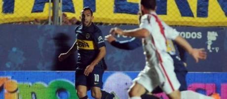 Carlos Tevez organizando el ataque de su equipo