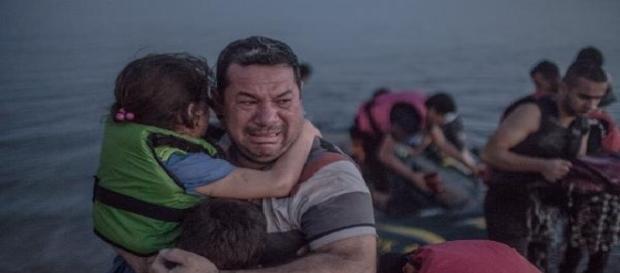 Lacrimile unui tată sirian alături de copiii săi