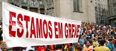 Funcionários públicos em greve contra o governo