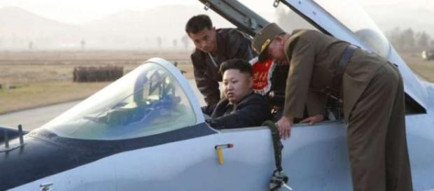 Kim Jong Un învățând să piloteze