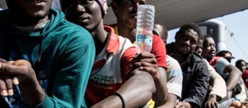 Inmigrantes hacinados en una embarcación. AS/MSF