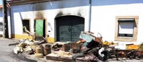 Incêndio urbano seguido de uma violenta explosão.